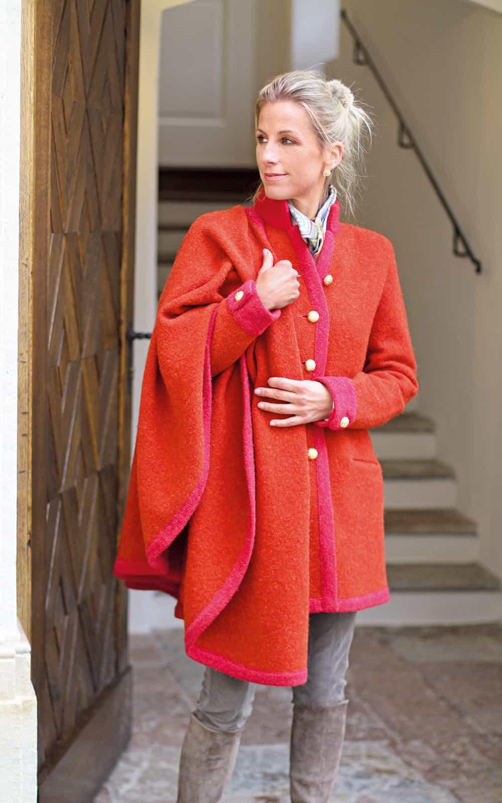 Coat: L411 Color: 2267/506 + 506 LÖW Cape: L175/24T Color: 2267/506 + 506 LÖW